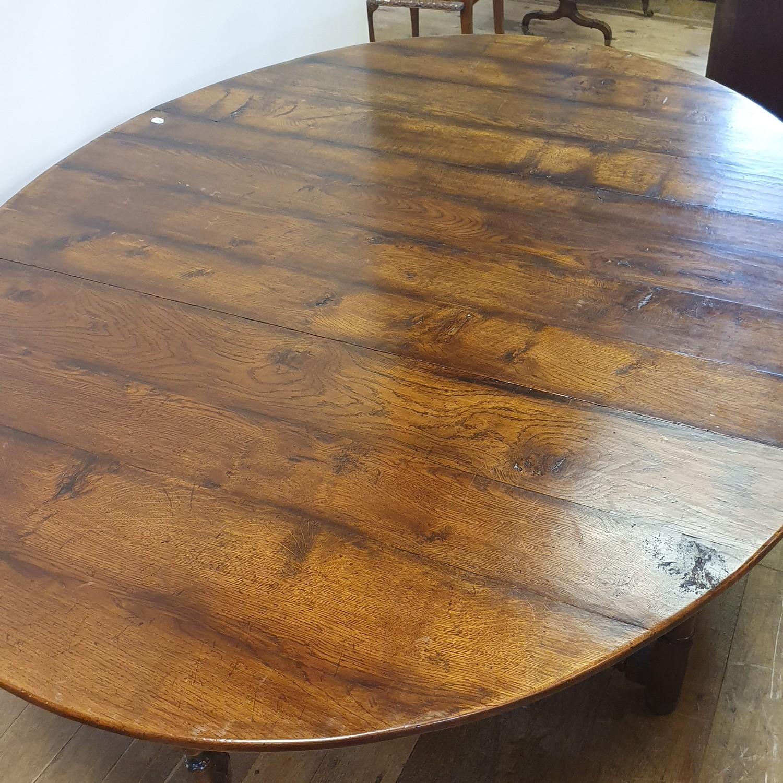 An 18th century style oak gateleg table, 158 cm wide - Image 5 of 6