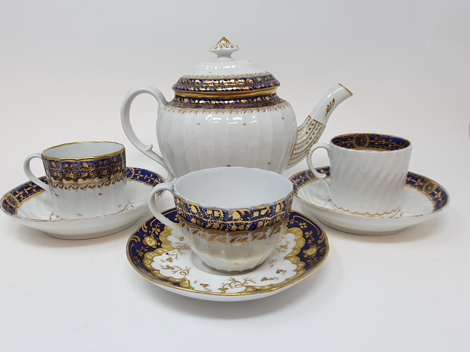 A late 18th century Worcester porcelain tea set, comprising a tea pot, two cups and saucers, five