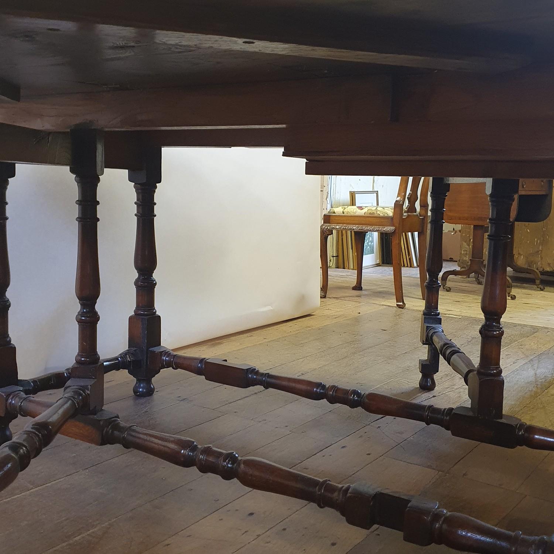An 18th century style oak gateleg table, 158 cm wide - Image 6 of 6