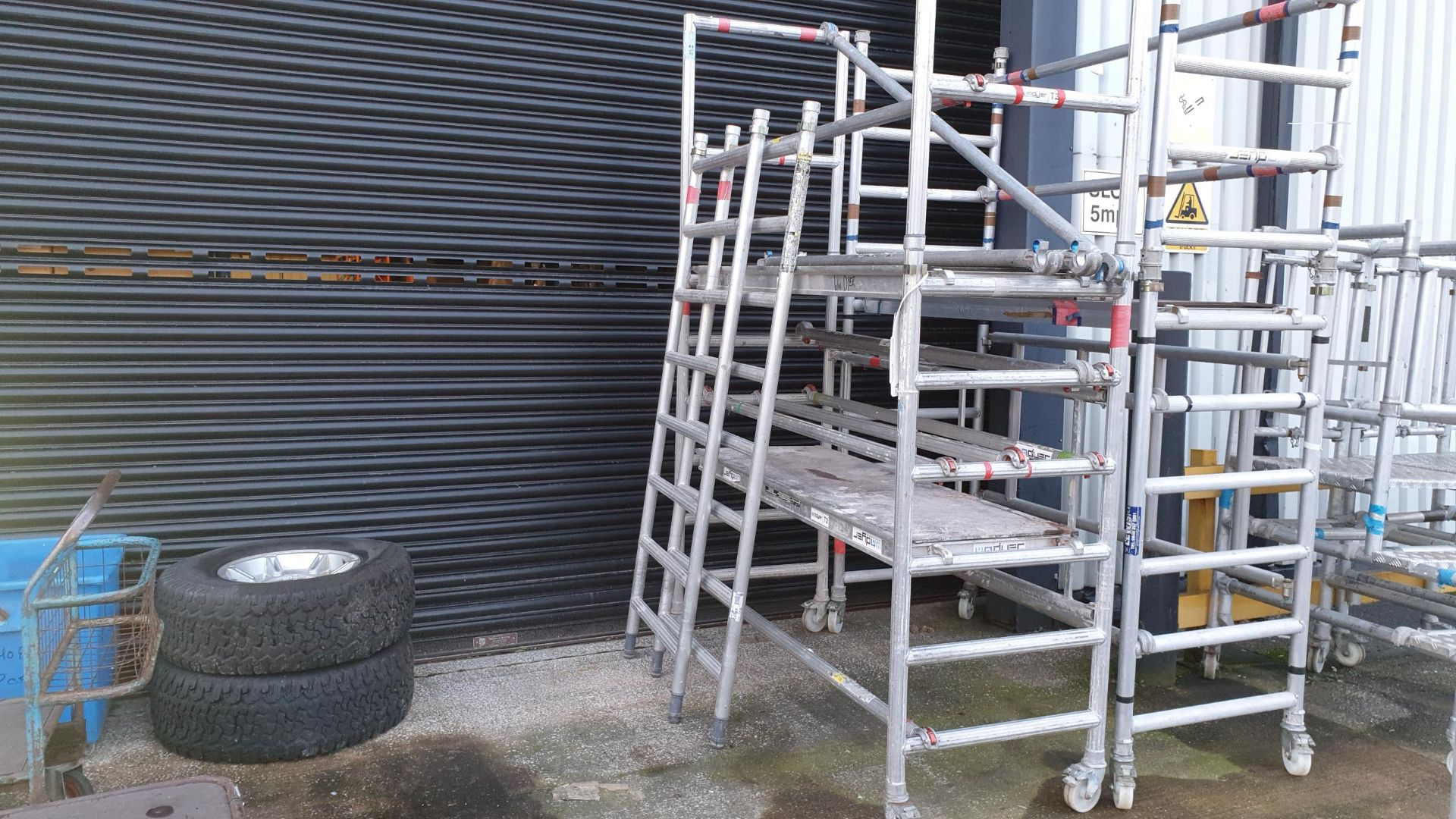 ALIMINIUM SCAFFOLDING TOWER WITH WHEELS EXTENDABLE + 2M CAN REACH 4M HIGH 2 PLATFORMS