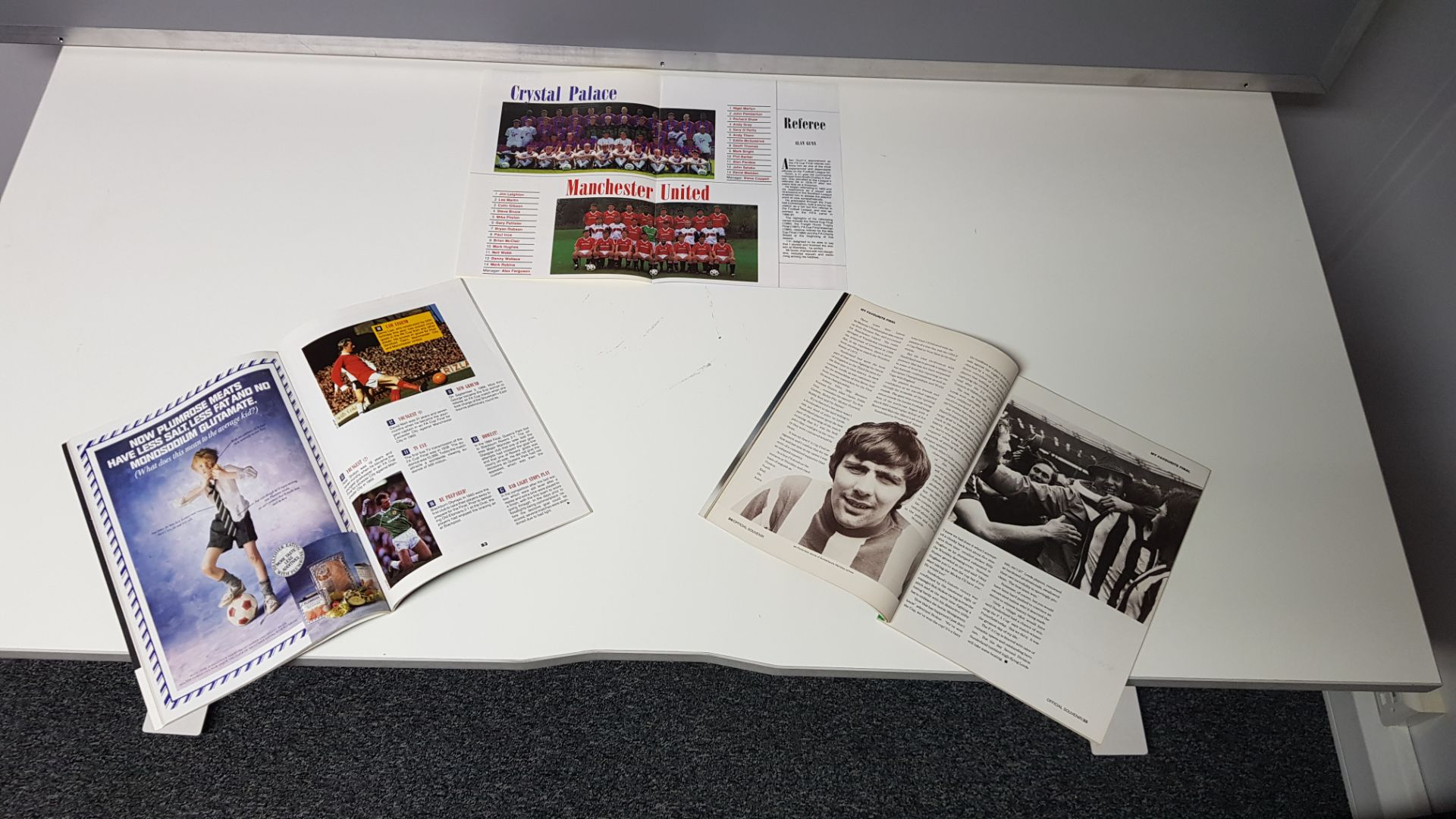 2 X MANCHESTER UNITED VS CRYSTAL PALACE FA CUP 1990 MAGAZINES IN NEAR MINT CONDITION - Image 2 of 2