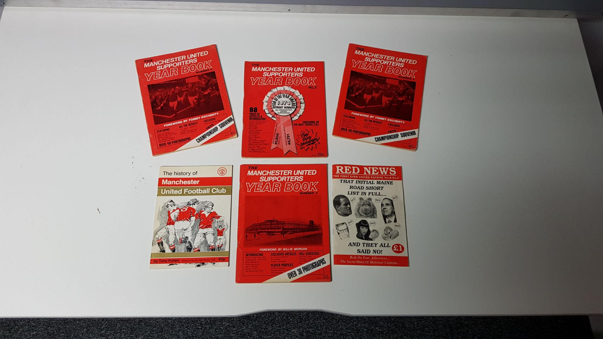 6 X MIXED MANCHESTER UNITED MEMORABILIA BOOKS TO INCLUDE - 1 X MAN UTD 1973 NO.2 YEAR BOOK WITH ALEX - Image 2 of 2