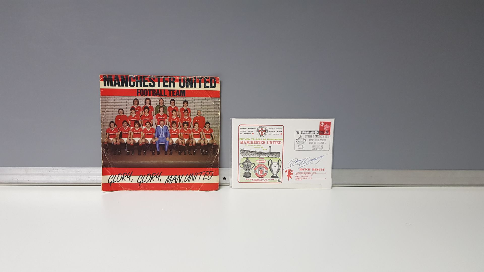 2 X ITEMS OF MANCHESTER UNITED MEMORABILIA TO INCLUDE - A MANCHESTER UNITED DIVISION 2 CHAMPIONS