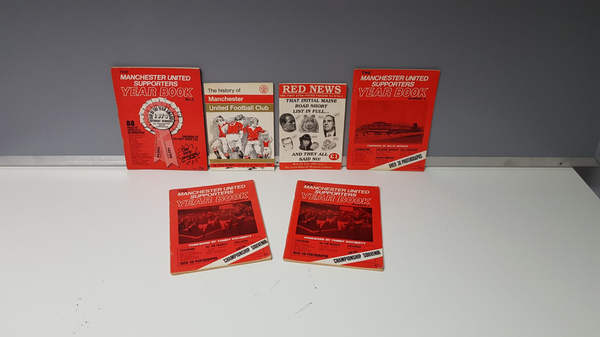 6 X MIXED MANCHESTER UNITED MEMORABILIA BOOKS TO INCLUDE - 1 X MAN UTD 1973 NO.2 YEAR BOOK WITH ALEX