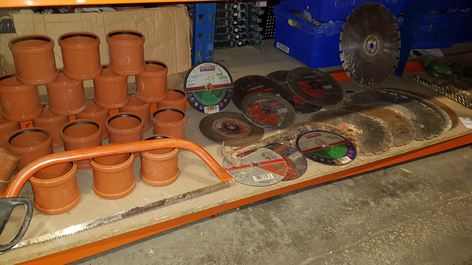 LOT TO CONTAIN VARIOUS CUTTING DISKS, DRAINAGE COMPONENTS,HAMMER AND BAND SAW