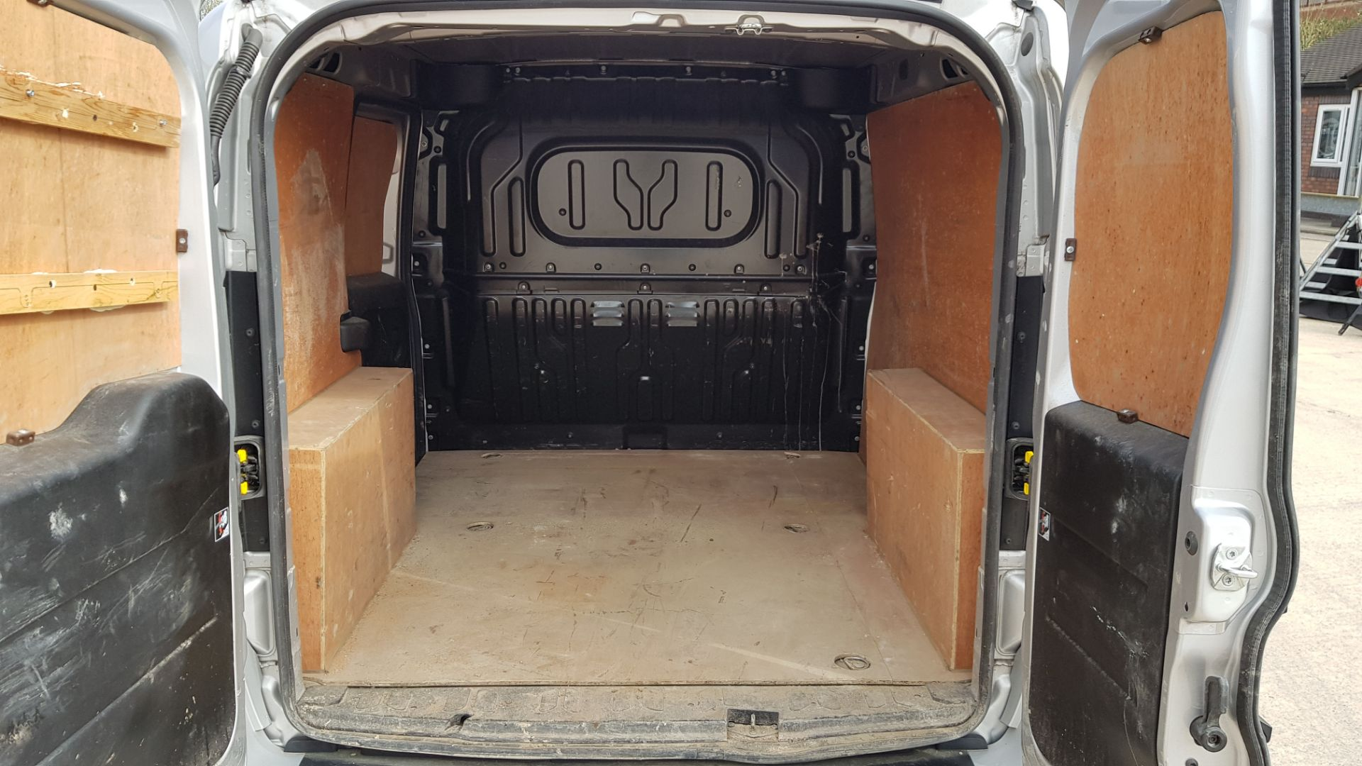 SILVER VAUXHALL COMBO 2000 SPORTIVE CDTI. ( DIESEL ) Reg : YR68 WAU Mileage : 39451 Details: WITH - Image 5 of 7