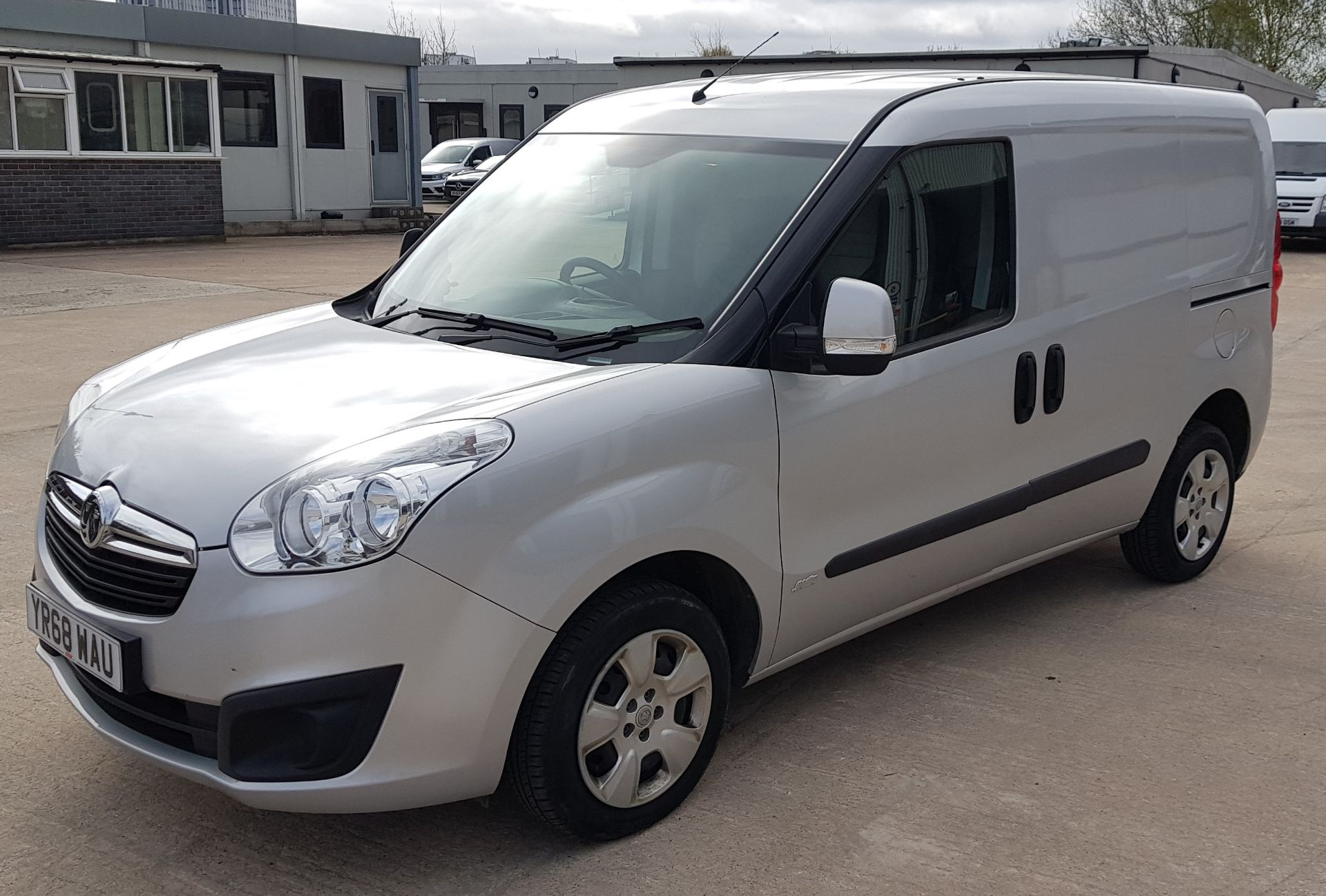 SILVER VAUXHALL COMBO 2000 SPORTIVE CDTI. ( DIESEL ) Reg : YR68 WAU Mileage : 39451 Details: WITH - Image 2 of 7