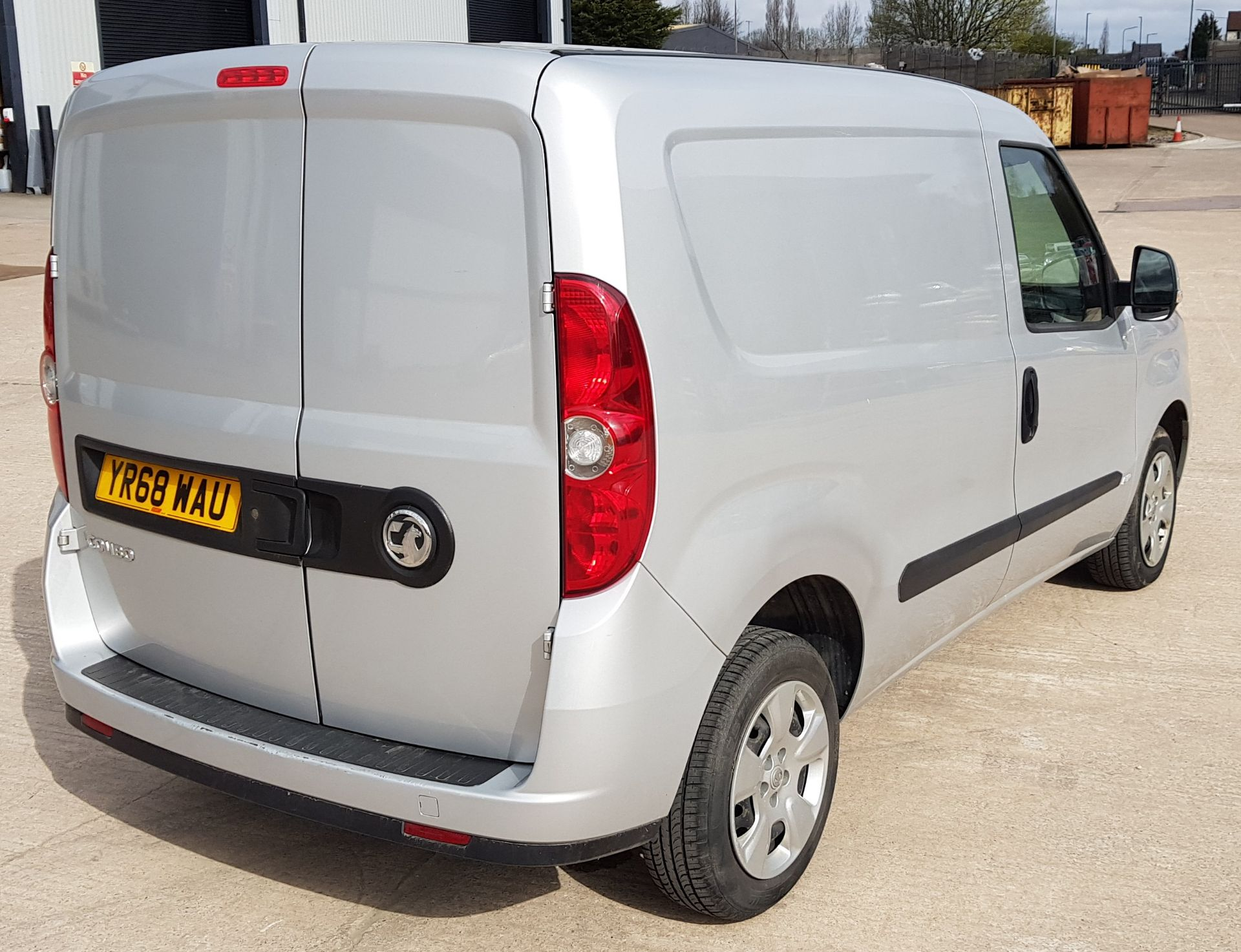 SILVER VAUXHALL COMBO 2000 SPORTIVE CDTI. ( DIESEL ) Reg : YR68 WAU Mileage : 39451 Details: WITH - Image 4 of 7