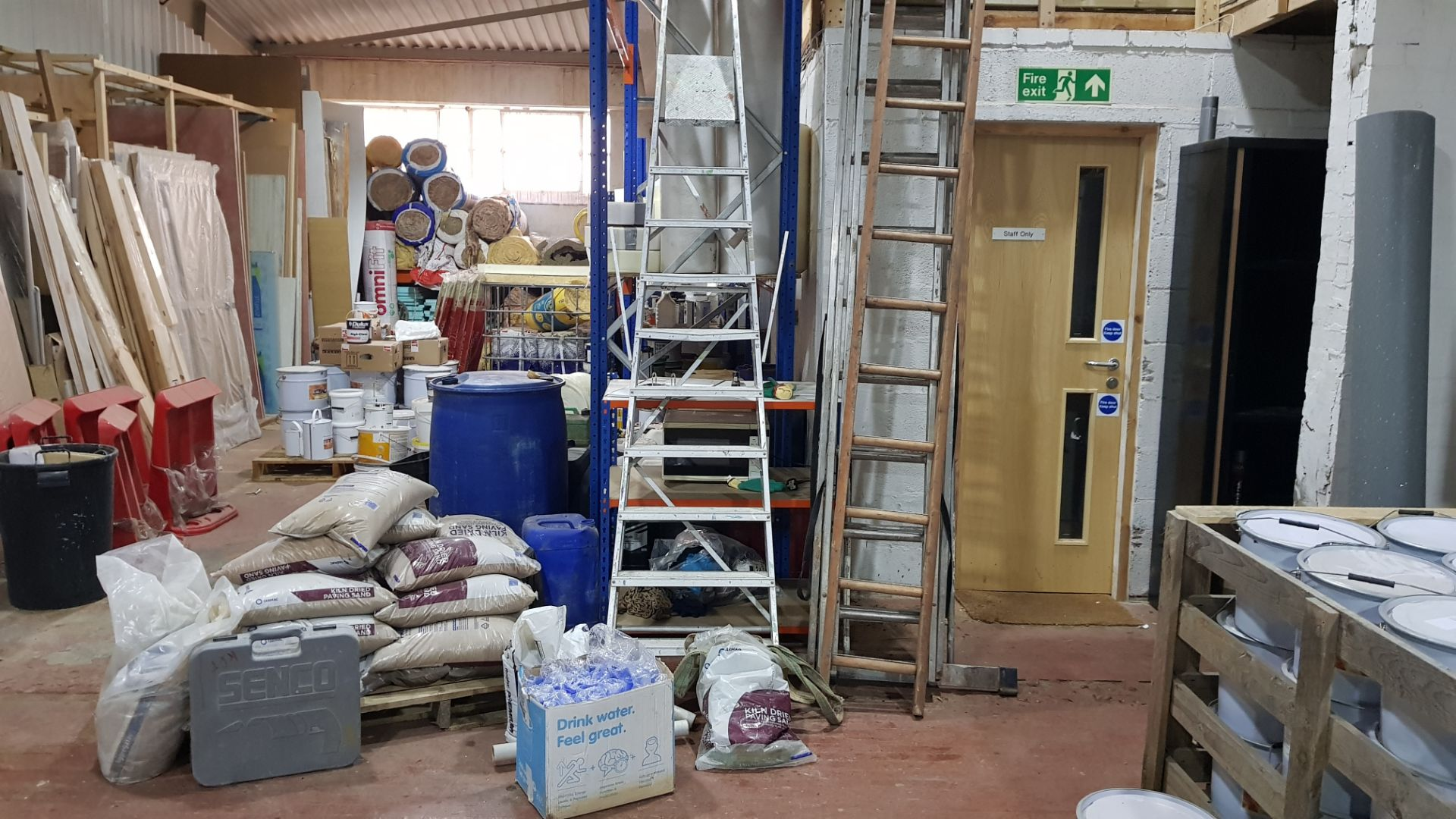 1 X PALLET OF 5KG BAGS OF KILN DRIED PAVING SAND & 4 X VARIOUS LADDERS