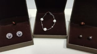 21 X ASSORTED BRAND NEW BOXED GAVI LOT CONTAINING 2 TYPES OF PEARL DETAILED EARRINGS AND SILVER