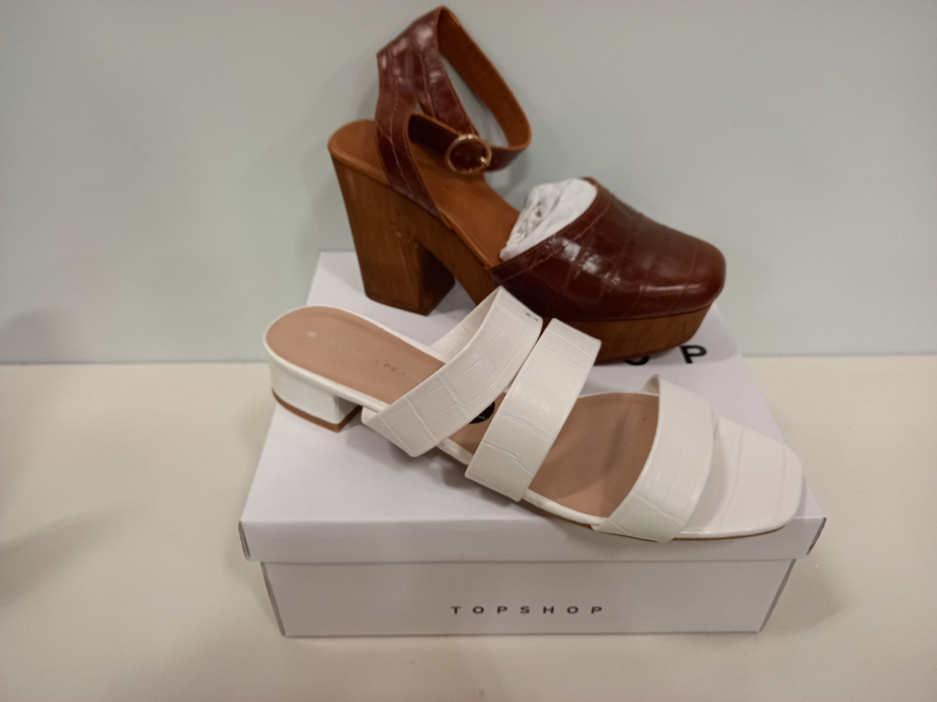 16 X BRAND NEW DOROTHY PERKINS AND TOPSHOP SHOES - 11 X DOROTHY PERKINS WHITE STORMY HEELED