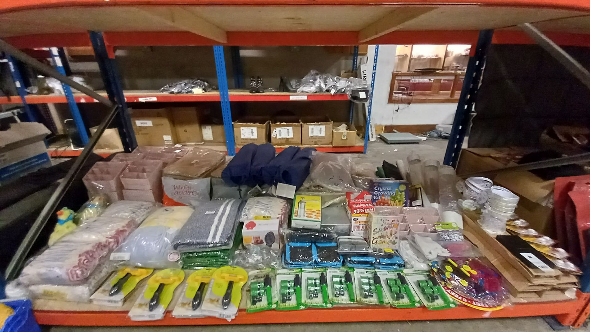 LARGE QUANTITY ASSORTED LOT CONTAINING GARDENING ACCESSORIES, BATHS MATS, GLOVES, PLASTIC STORAGE
