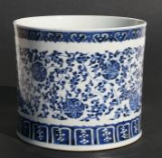 A large Chinese blue & white brush pot decorated with foliate scrolls, 17cms (6.75ins) high.