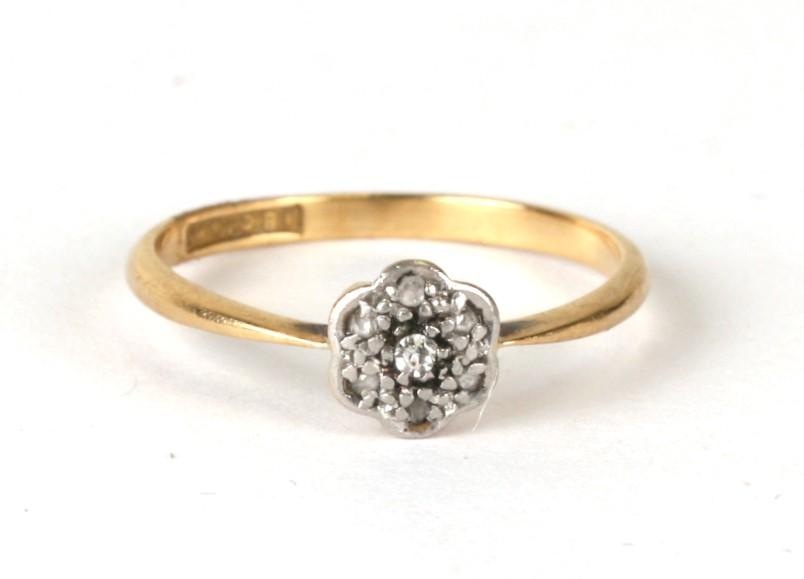 An 18ct gold & platinum diamond daisy ring, weight 1.4g, approx UK size 'K'.