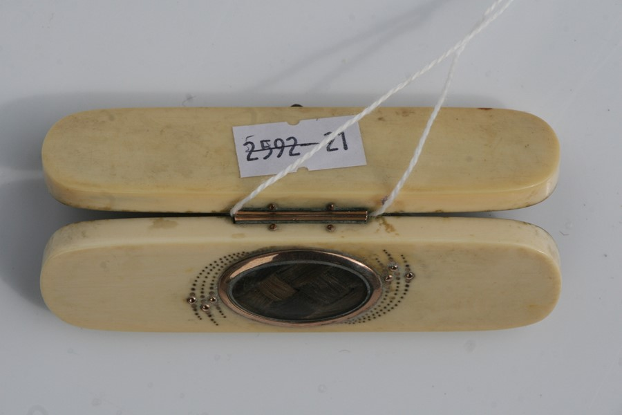 A Georgian ivory toothpick box with oval yellow metal mounted hair plait to the top, 8.5cms (3. - Image 4 of 4