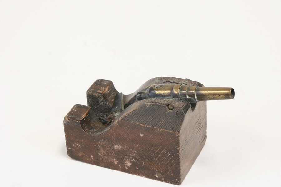 A desktop cannon with brass barrel, mounted on a wooden base, overall 13cms (5ins) long. - Image 2 of 2