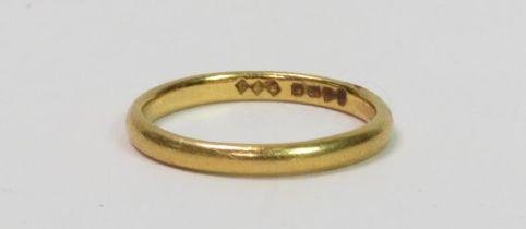 A 22 carat gold wedding ring, 4 grams gross
