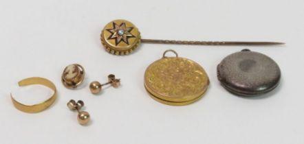 A broken 22 carat gold wedding ring, 1 gram gross;