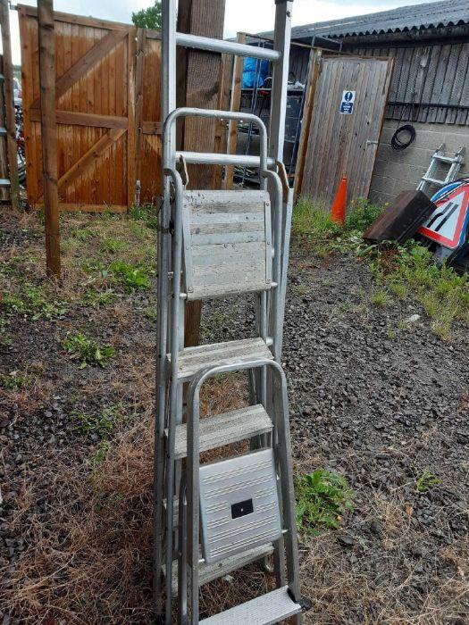 2 sets of aluminium step ladders & an aluminium ro