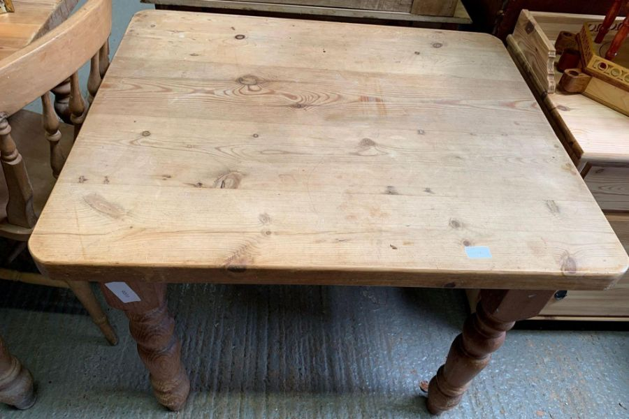 Small square pine kitchen table on 4 turned legs - Image 3 of 3