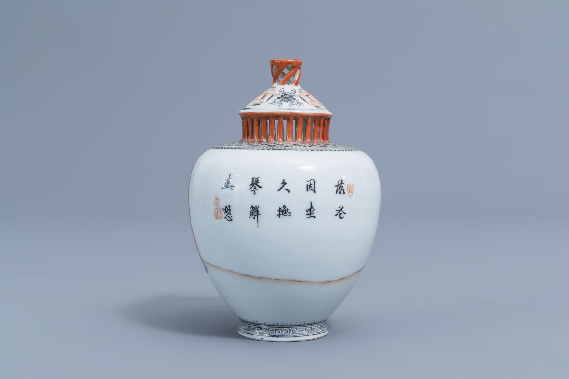 A Chinese famille rose vase and cover with ladies playing music, Qianlong mark, Republic, 20th C. - Image 4 of 7