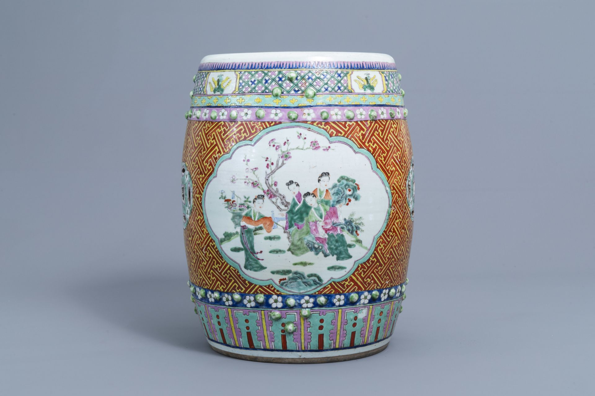 A Chinese famille rose garden seat with ladies on a terrace, 19th C. - Image 2 of 7