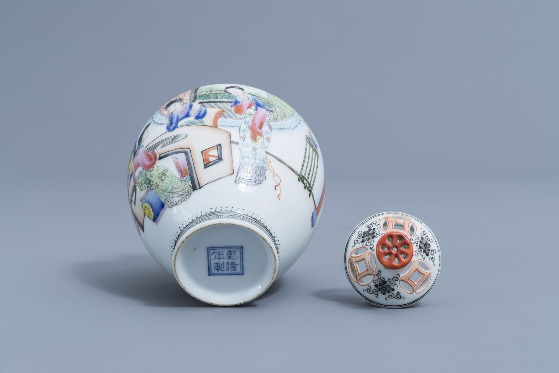 A Chinese famille rose vase and cover with ladies playing music, Qianlong mark, Republic, 20th C. - Image 7 of 7