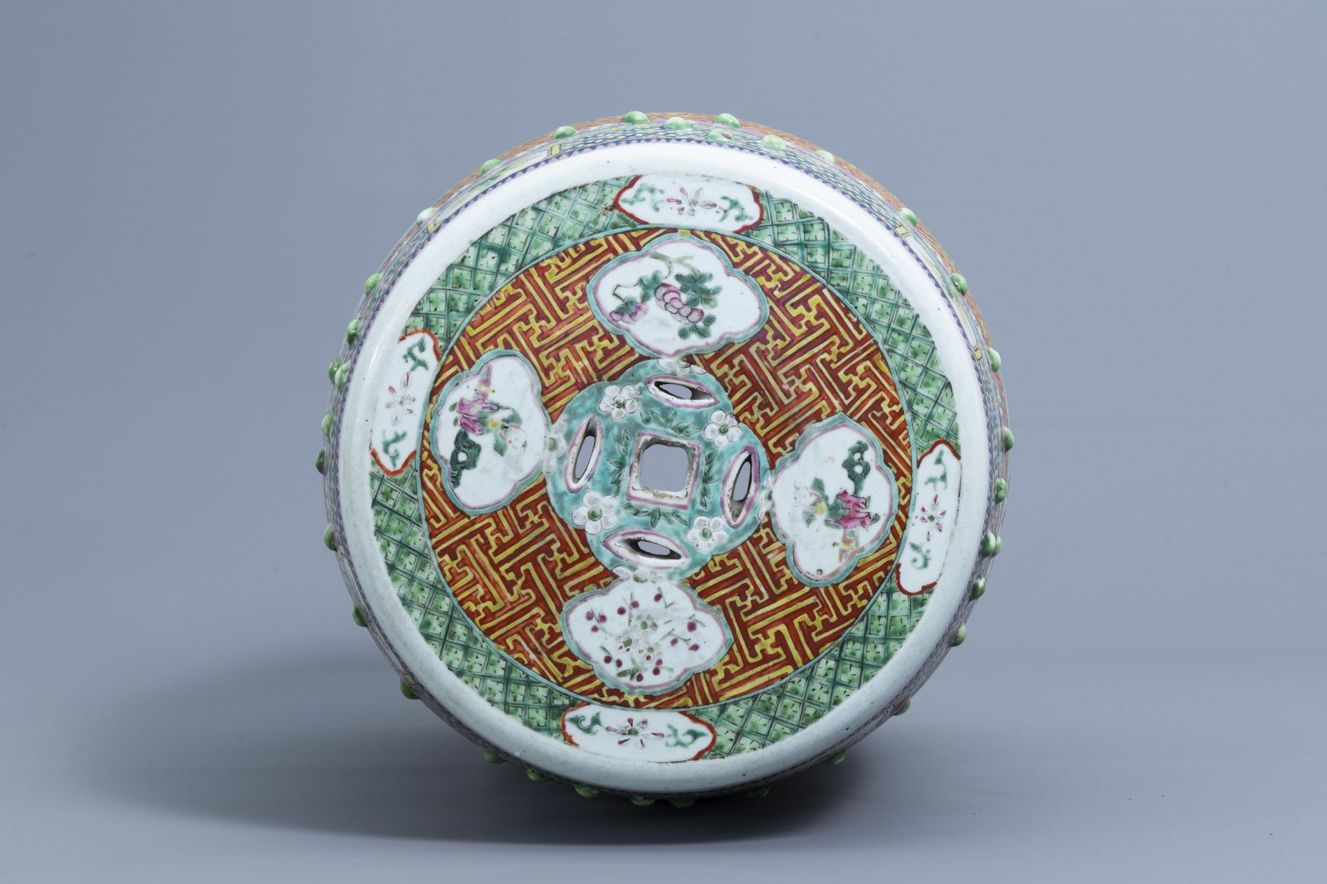 A Chinese famille rose garden seat with ladies on a terrace, 19th C. - Image 6 of 7