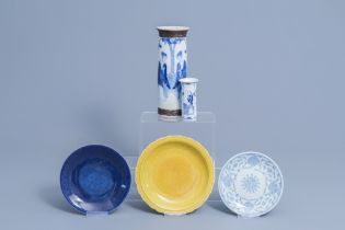 Two Chinese blue and white vases, two plates and a yellow monochrome dish, 19th/20th C.