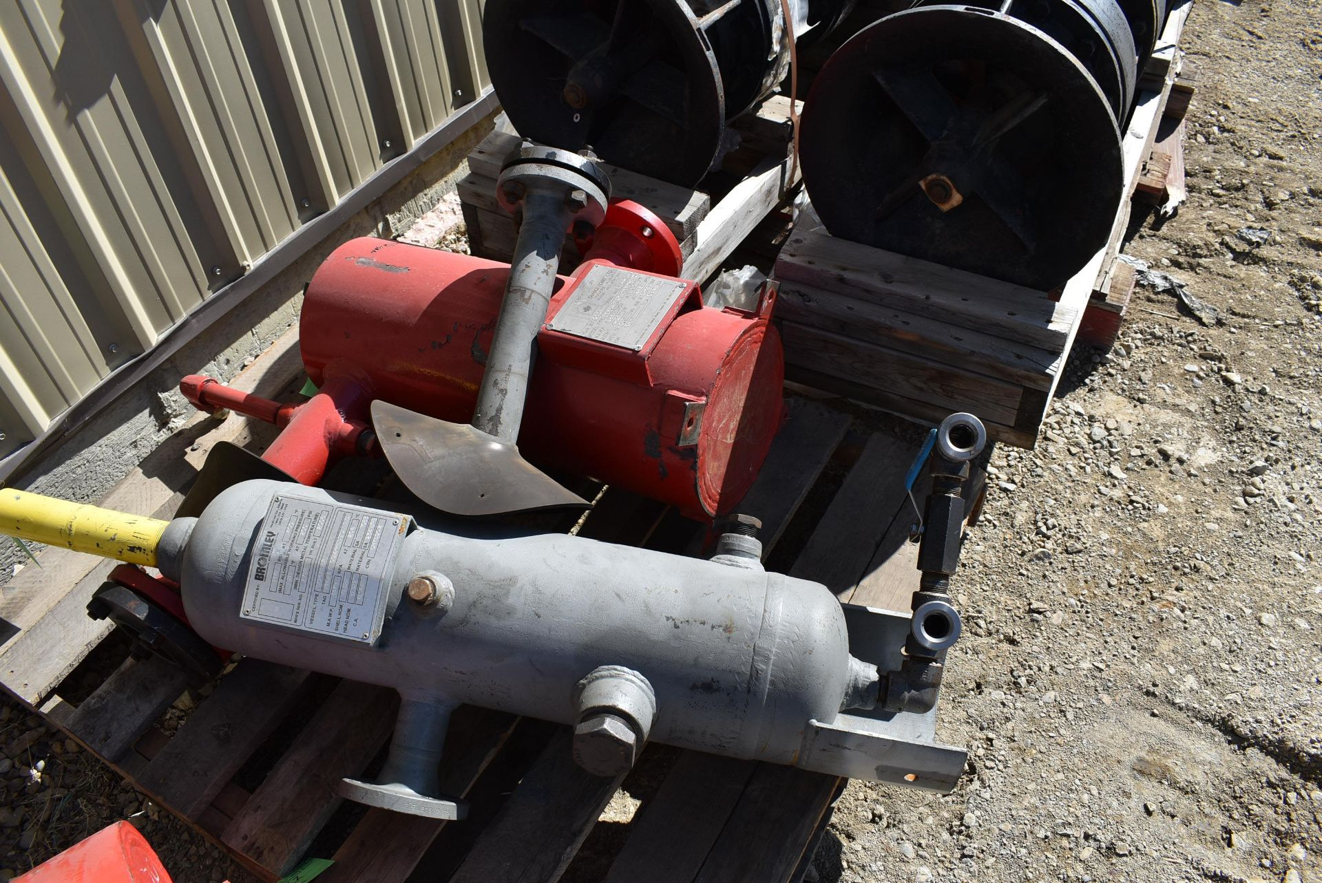 LOT/ (2) BROMLEY SCRUBBERS & (2) TANKSTORE VORTEXES (CI) [RIGGING FEE FOR LOT #119 - $25 CAD PLUS - Image 3 of 5