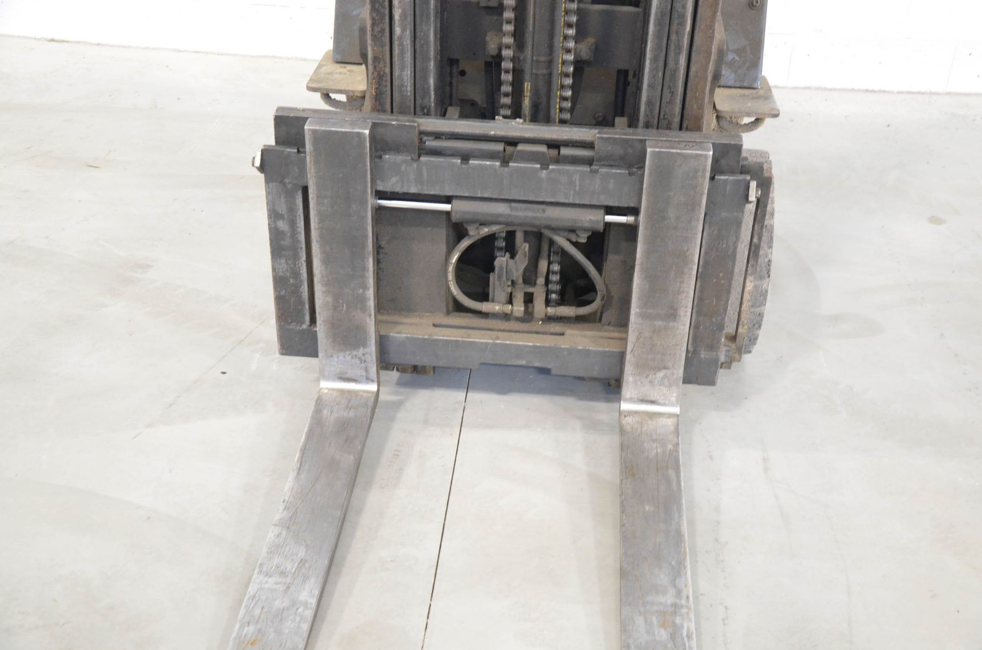 """TOYOTA 42-6FGCU30 4,750LB CAPACITY LPG FORKLIFT WITH 187"""" MAX. VERTICAL REACH, SIDE-SHIFT, CUSHION - Image 3 of 4"""