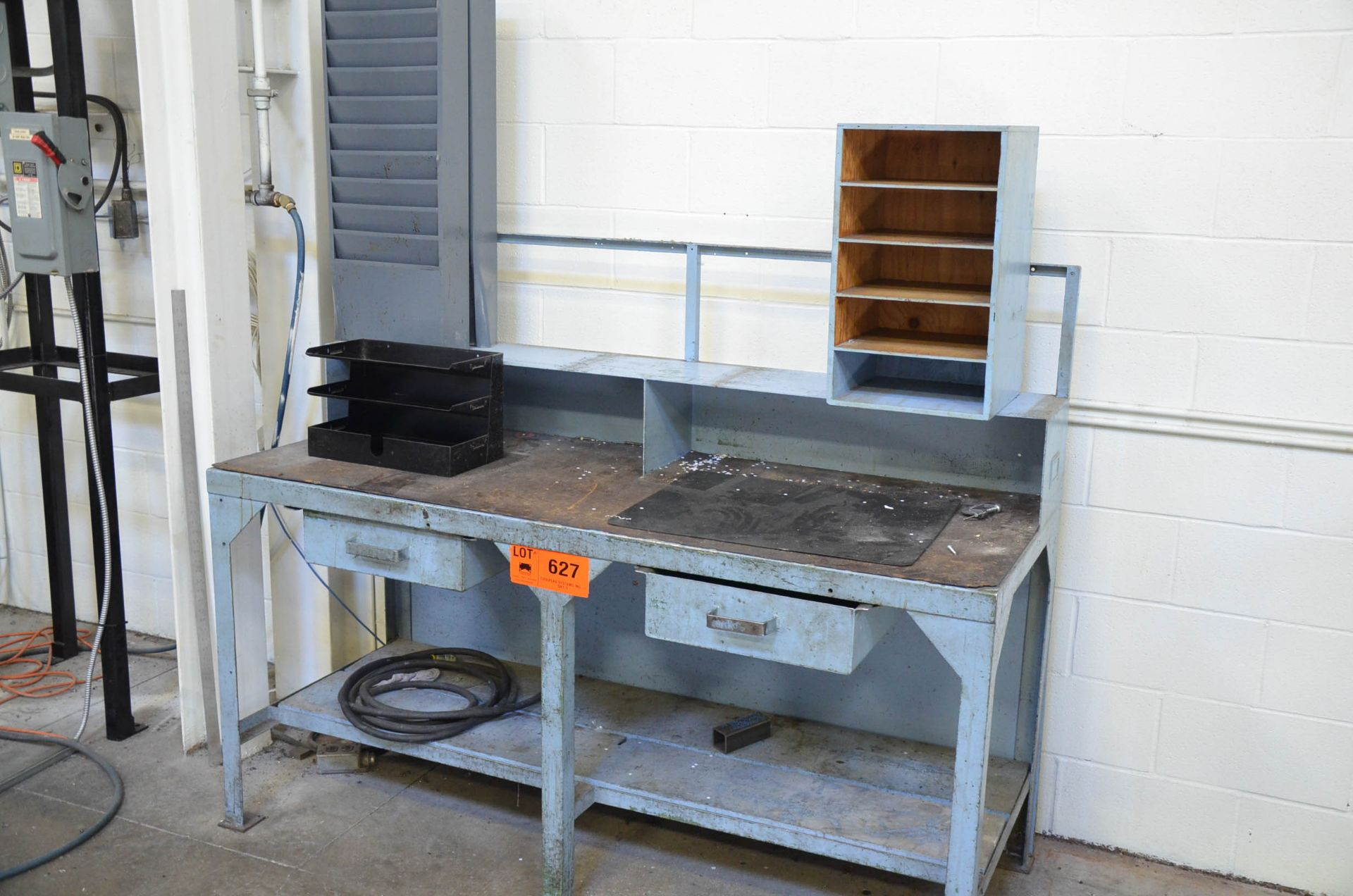 LOT/ STEEL WORKBENCH WITH RACK