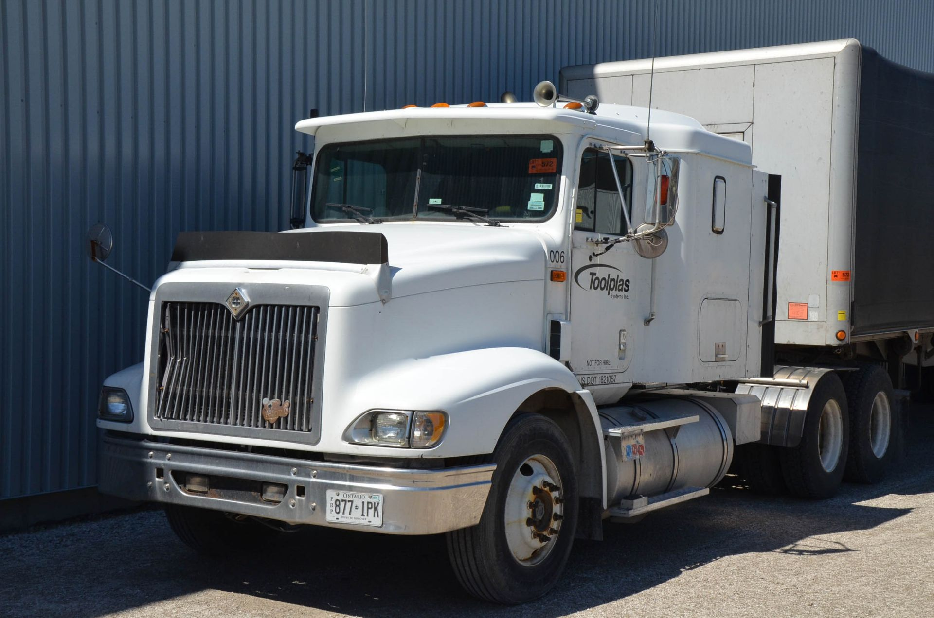 INTERNATIONAL 9200 6X4 TANDEM AXLE SEMI-TRACTOR TRUCK WITH . ENGINE, EATON-FULLER 13 SPEED MANUAL - Image 2 of 18