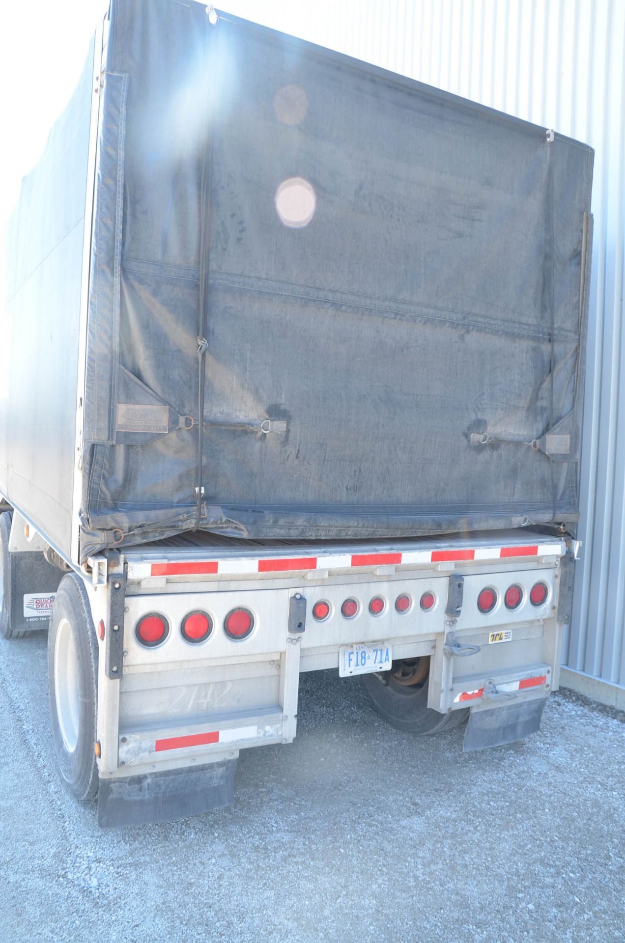 REITNOUER (1999) TANDEM AXLE ALUMINUM FLAT-DECK TRAILER, ROLL TITE QUICK DRAW TARP SYSTEM, VIN: - Image 7 of 12