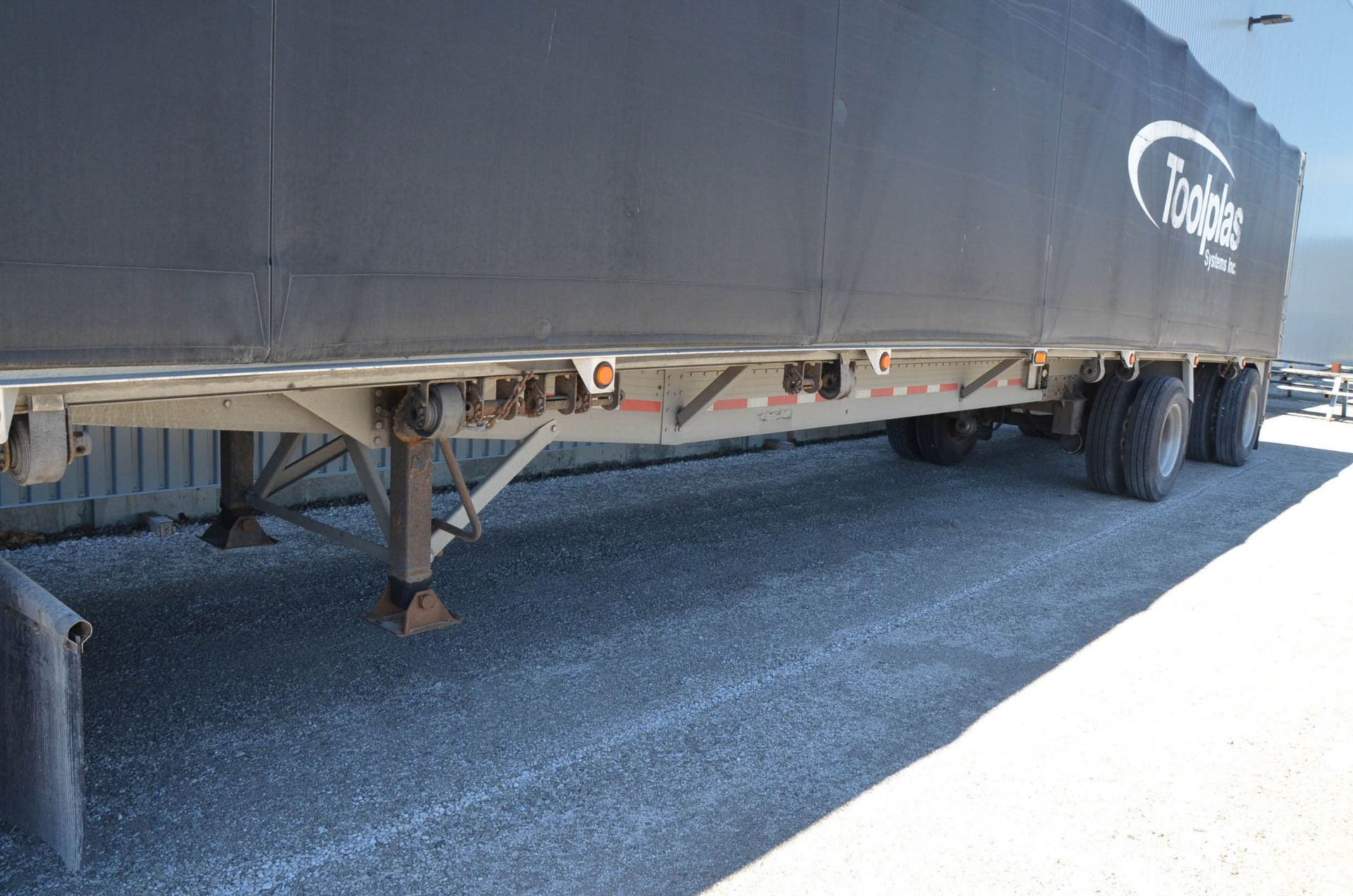 REITNOUER (1999) TANDEM AXLE ALUMINUM FLAT-DECK TRAILER, ROLL TITE QUICK DRAW TARP SYSTEM, VIN: - Image 4 of 12