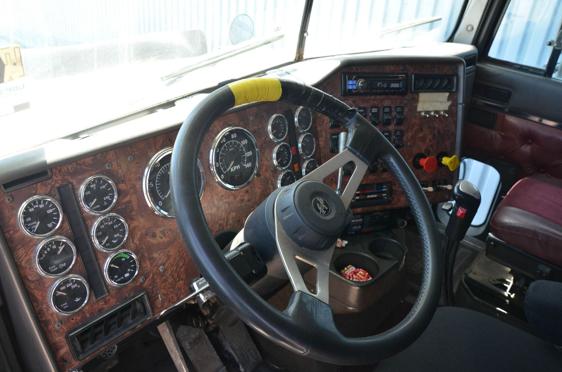 INTERNATIONAL 9200 6X4 TANDEM AXLE SEMI-TRACTOR TRUCK WITH . ENGINE, EATON-FULLER 13 SPEED MANUAL - Image 13 of 18