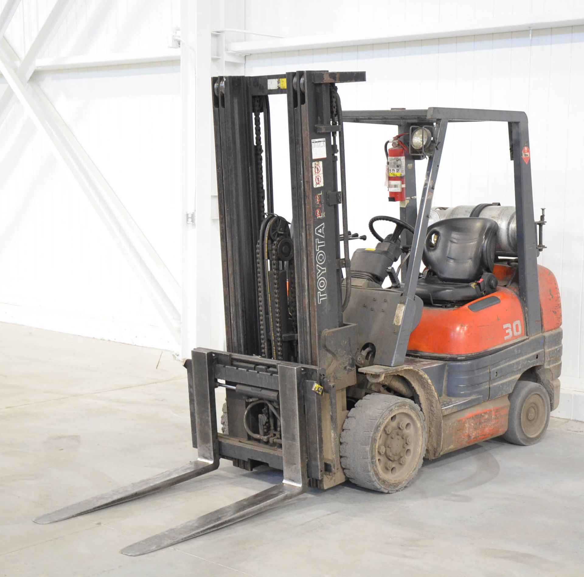 """TOYOTA 42-6FGCU30 4,750LB CAPACITY LPG FORKLIFT WITH 187"""" MAX. VERTICAL REACH, SIDE-SHIFT, CUSHION - Image 2 of 4"""