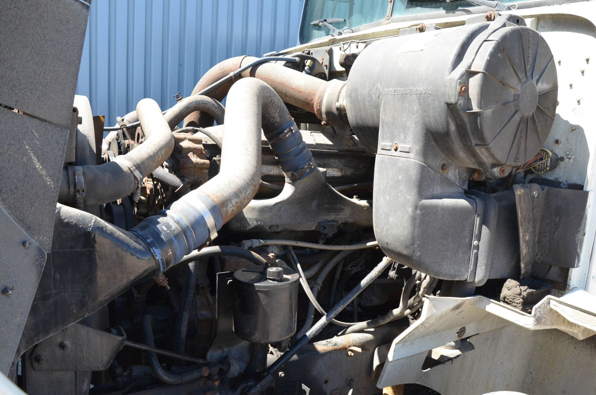 INTERNATIONAL 9200 6X4 TANDEM AXLE SEMI-TRACTOR TRUCK WITH . ENGINE, EATON-FULLER 13 SPEED MANUAL - Image 17 of 18