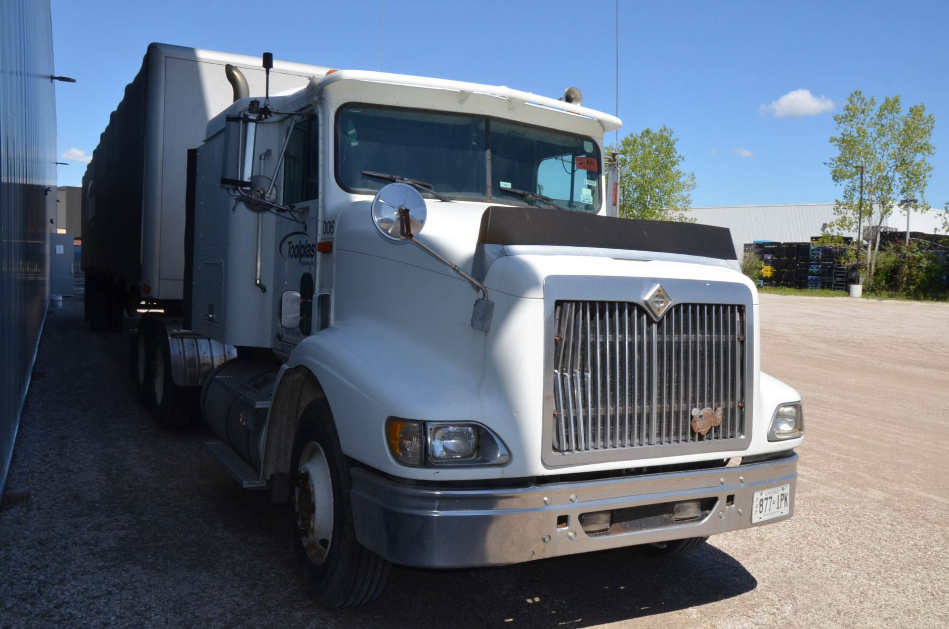 INTERNATIONAL 9200 6X4 TANDEM AXLE SEMI-TRACTOR TRUCK WITH . ENGINE, EATON-FULLER 13 SPEED MANUAL - Image 4 of 18