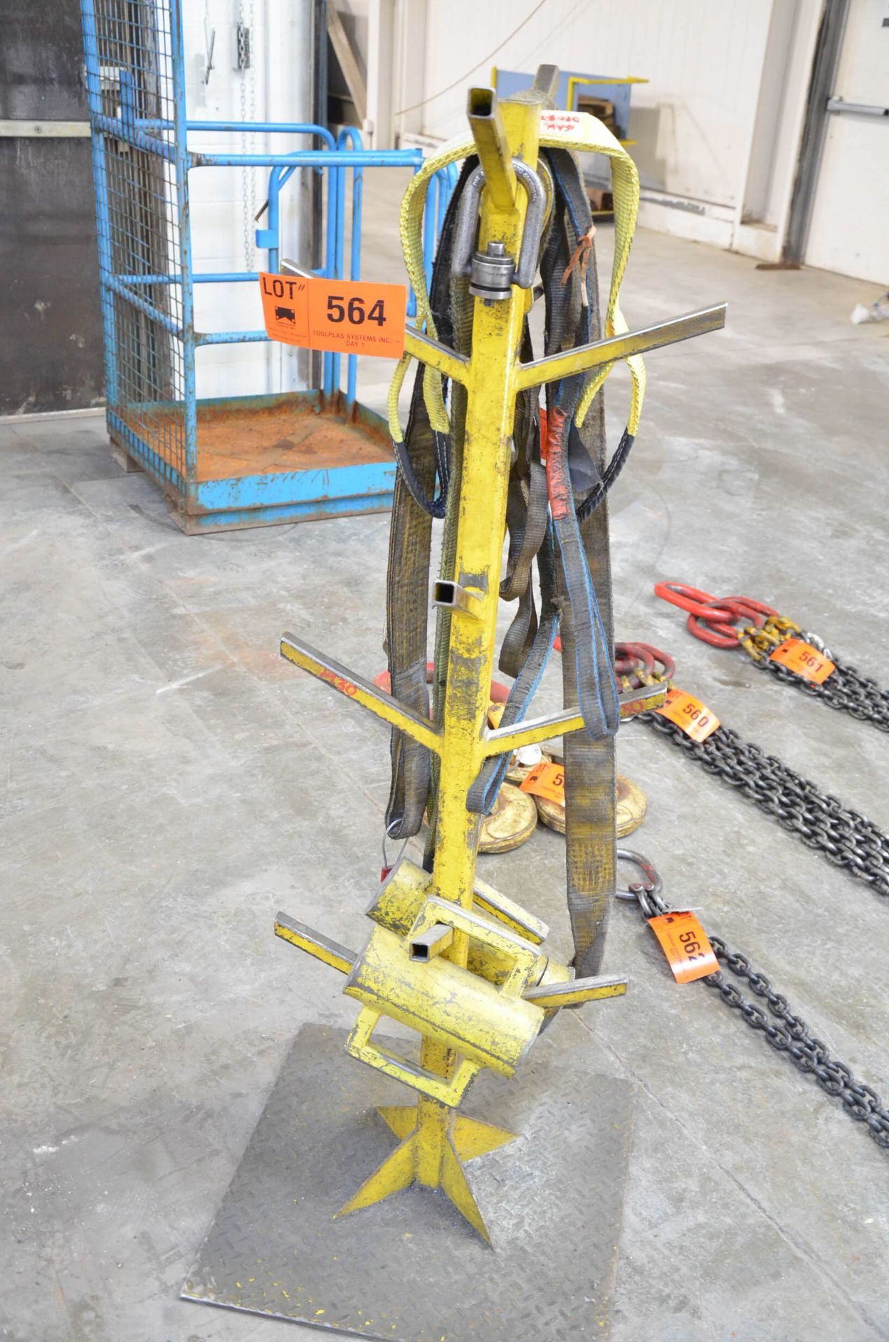 LOT/ RIGGING STORAGE TREE WITH SLINGS