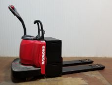 RAYMOND (2006) 8400-FRE60L 6000 LB. CAPACITY 24V RIDE-ON ELECTRIC PALLET JACK WITH 2160 HRS (