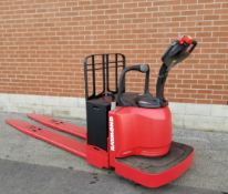 RAYMOND (2010) 8400 8000 LB. CAPACITY 24V RIDE-ON ELECTRIC PALLET JACK WITH 9929 HRS (RECORDED ON