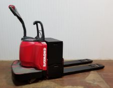 RAYMOND (2006) 8400-FRE60L 6000 LB. CAPACITY 24V RIDE-ON ELECTRIC PALLET JACK WITH 3736 HRS (