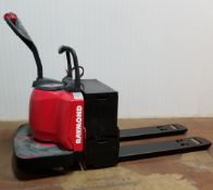 RAYMOND (2008) 8400 24V RIDE-ON ELECTRIC PALLET JACK WITH 6000 LB. CAPACITY, 2947 HRS (RECORDED ON
