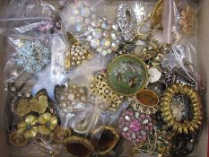 Quantity of vintage 20th century and later brooches to include diamante and coloured paste (1 box)