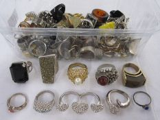 Quantity vintage and later costume jewellery rings (1 box)