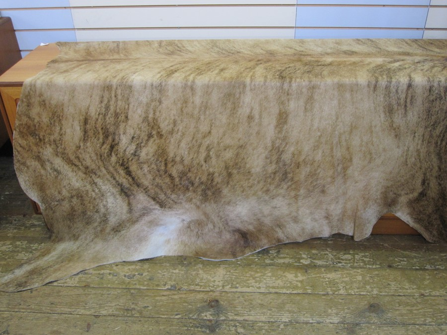 Large cow skin hide throw, mottled tan colour, 197cm x 190cm approx - Image 2 of 3