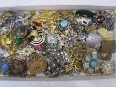 Quantity vintage and later brooches to include diamante, coloured paste and other