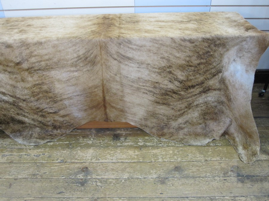 Large cow skin hide throw, mottled tan colour, 197cm x 190cm approx - Image 3 of 3