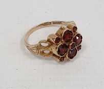 9ct gold lady's ringwith four large and five small garnets, in flowerhead setting, 4.5g